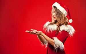 Фотография Новый год Униформа Шапки Руки Красный фон Девушки