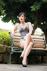 Фото Азиаты Скамья Сидя Ног Платье Вырез на платье Девушки
