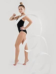 Картинки Гимнастика Серый фон Ноги Руки Ленточка Красивый спортивный Девушки
