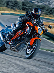 Картинка КТМ Мотоциклист Едущий Шлем 2014-16 1290 Super Duke R мотоцикл
