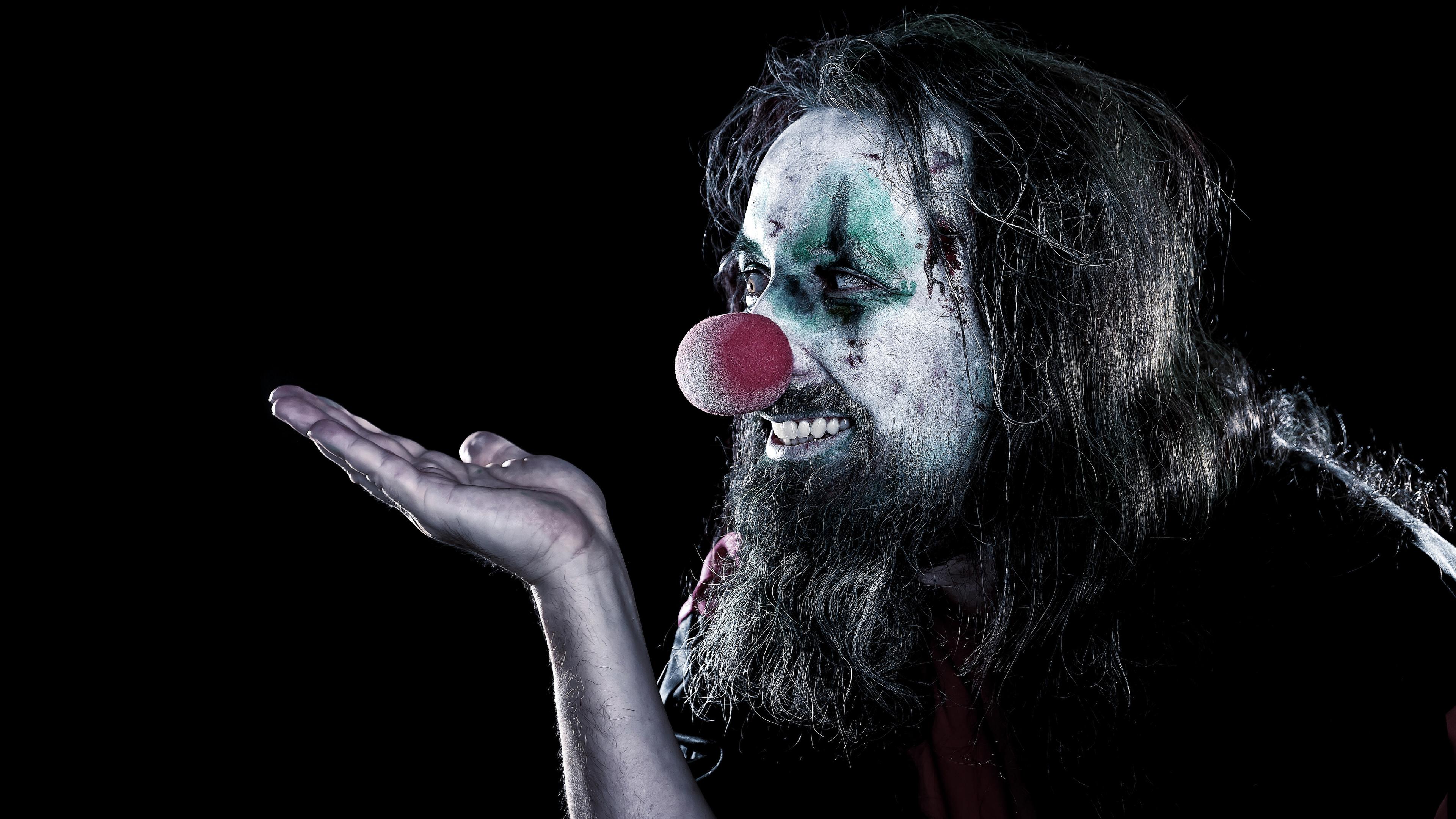Фотографии Мужчины мейкап клоуны бородатые Руки Черный фон 3840x2160 Макияж косметика на лице Клоун клоуна Борода бородой бородатый рука на черном фоне