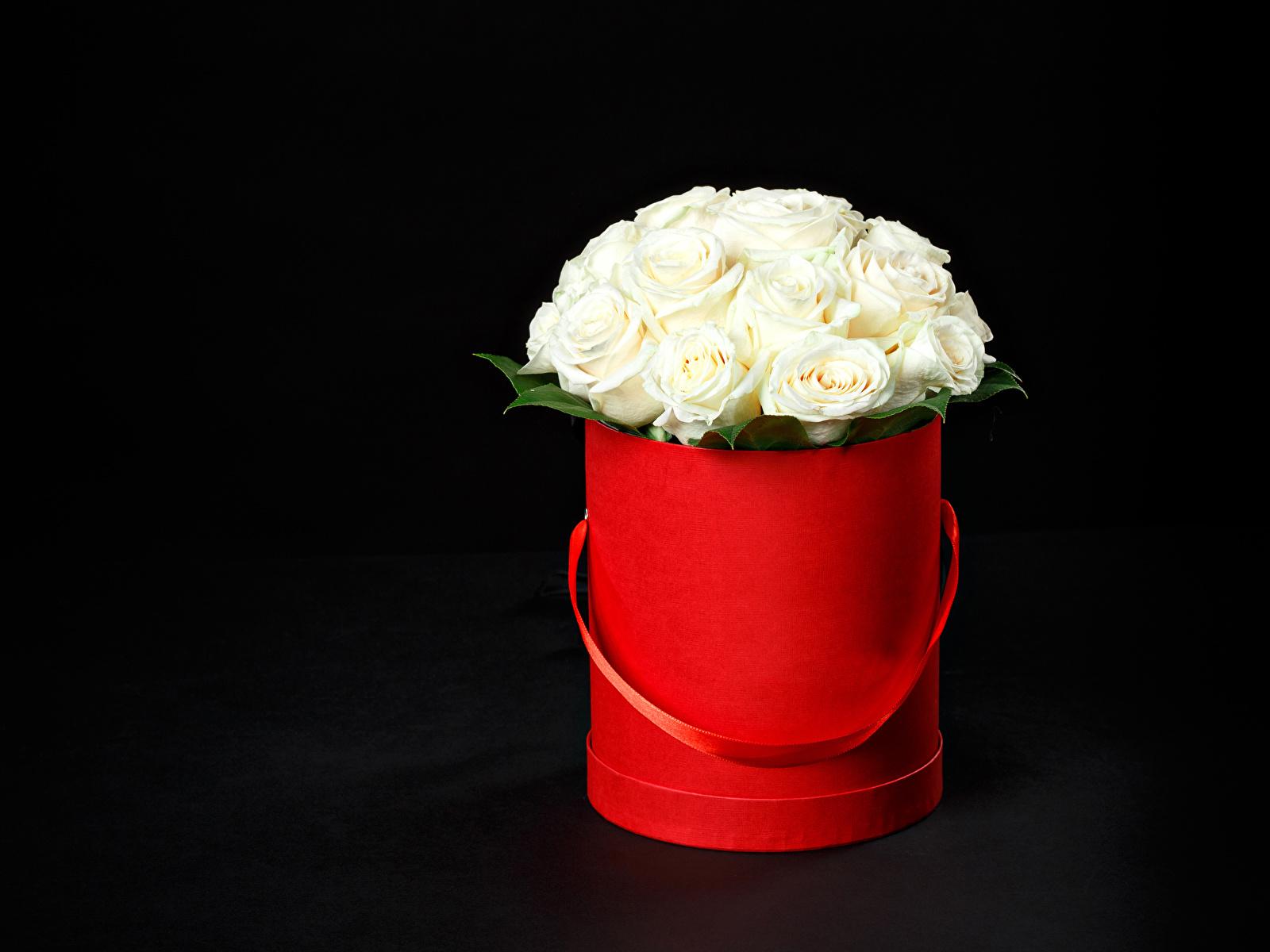 Обои для рабочего стола букет Розы Белый цветок на черном фоне 1600x1200 Букеты роза белых белая белые Цветы Черный фон