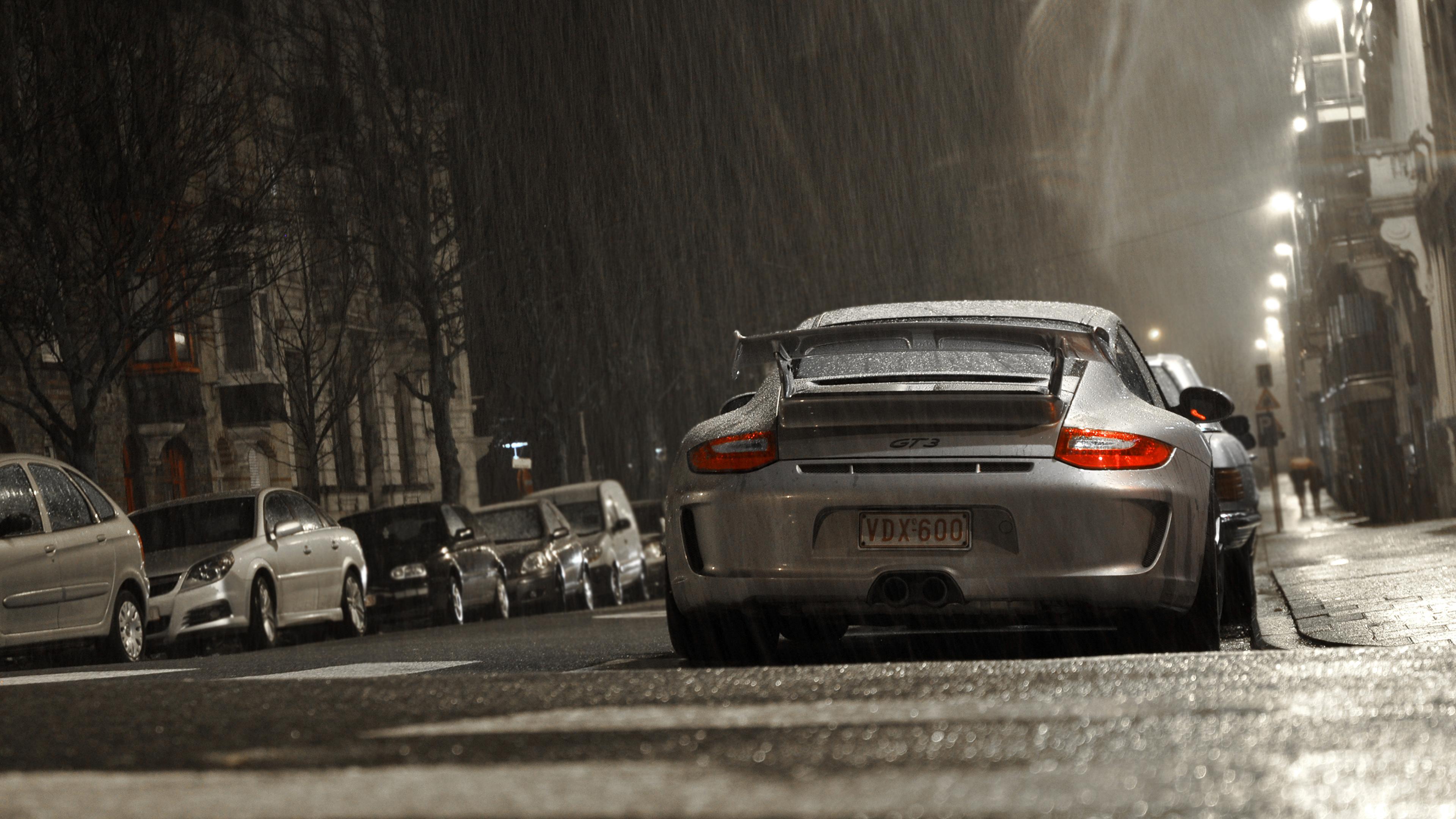 белая Porsche под мостом на телефон