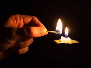 Фотографии Пальцы Спички Свечи Пламя Крупным планом Руки На черном фоне