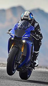 Фотографии Yamaha Мотоциклист В шлеме Движение 2018 YZF-R1 Мотоциклы