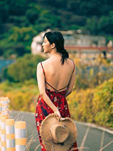 Фото Азиатки Брюнетки Вид сзади Спины Платья Шляпы Боке девушка