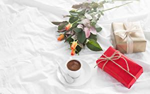 Фото Кофе Розы Праздники Чашка Подарки Продукты питания