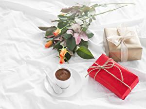Фото Кофе Розы Праздники Чашке Подарок Продукты питания