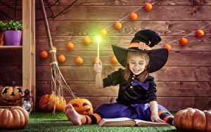 Фотография Хэллоуин Тыква Ведьма Девочки Шляпа Сидящие Книга Доски ребёнок