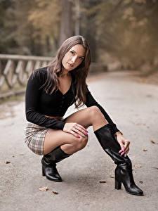 Картинка Сидящие Ноги Сапогов Юбки Блузка Смотрят Боке Nadia девушка