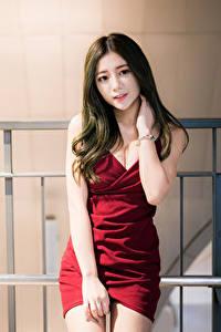 Картинки Азиатки Платья Руки Волос Смотрит девушка