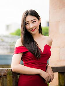 Фотографии Азиаты Платье Улыбка Руки Взгляд Боке молодая женщина