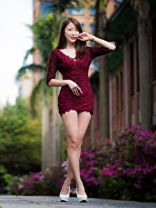 Фотография Азиаты Боке Шатенка Позирует Платья Ноги молодые женщины