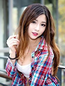 Обои Азиаты Шатенки Взгляд Рука Размытый фон Волос Красивые Девушки