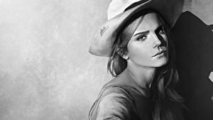 Картинка Emma Watson Рисованные Черно белое Шляпа Смотрит Красивые Знаменитости Девушки