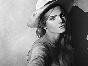 Картинка Эмма Уотсон Рисованные Черно белое Шляпа Смотрят Красивая Знаменитости Девушки