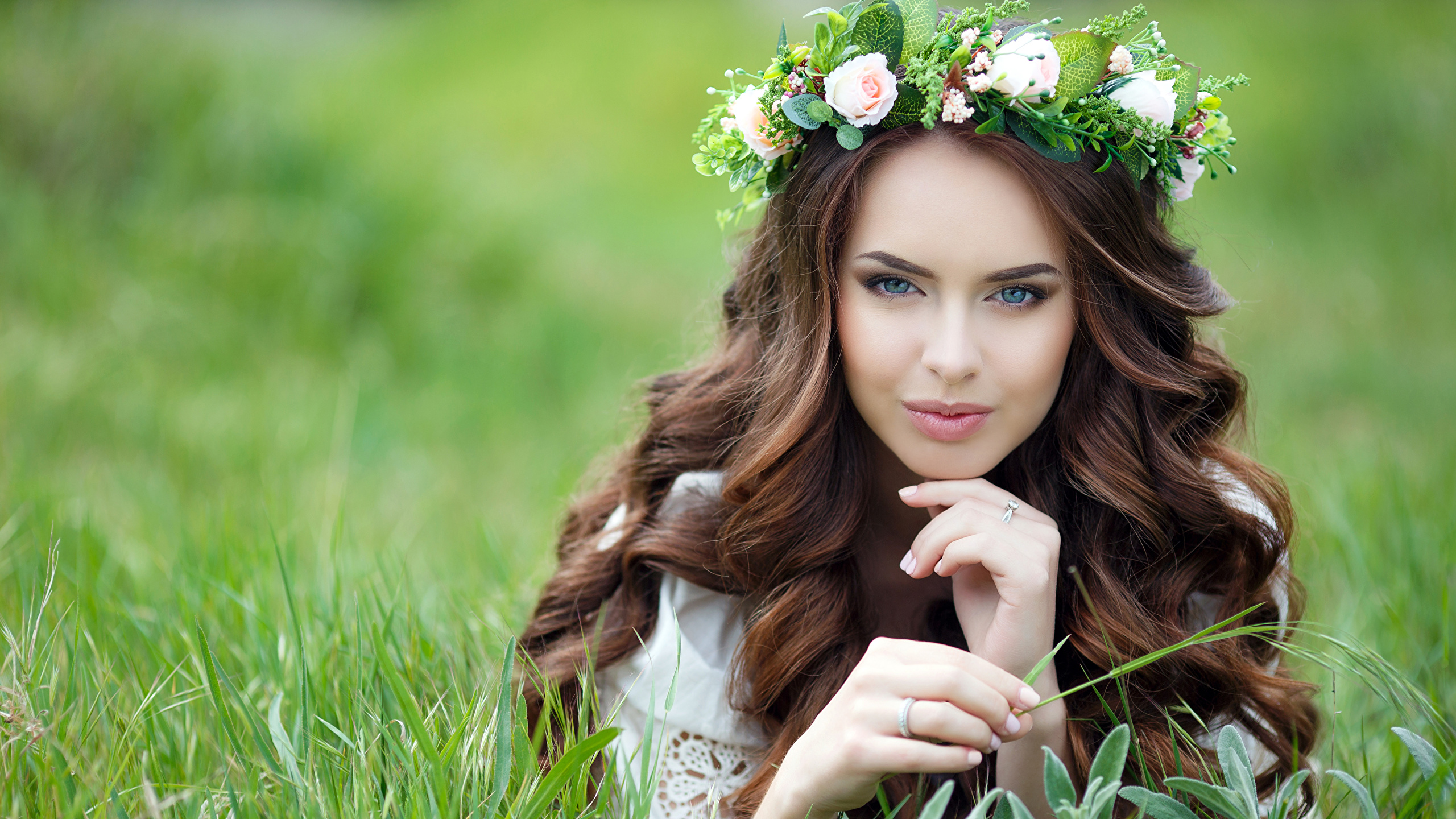 https://s1.1zoom.ru/b6644/646/Fingers_Brown_haired_Grass_Glance_529063_2560x1440.jpg