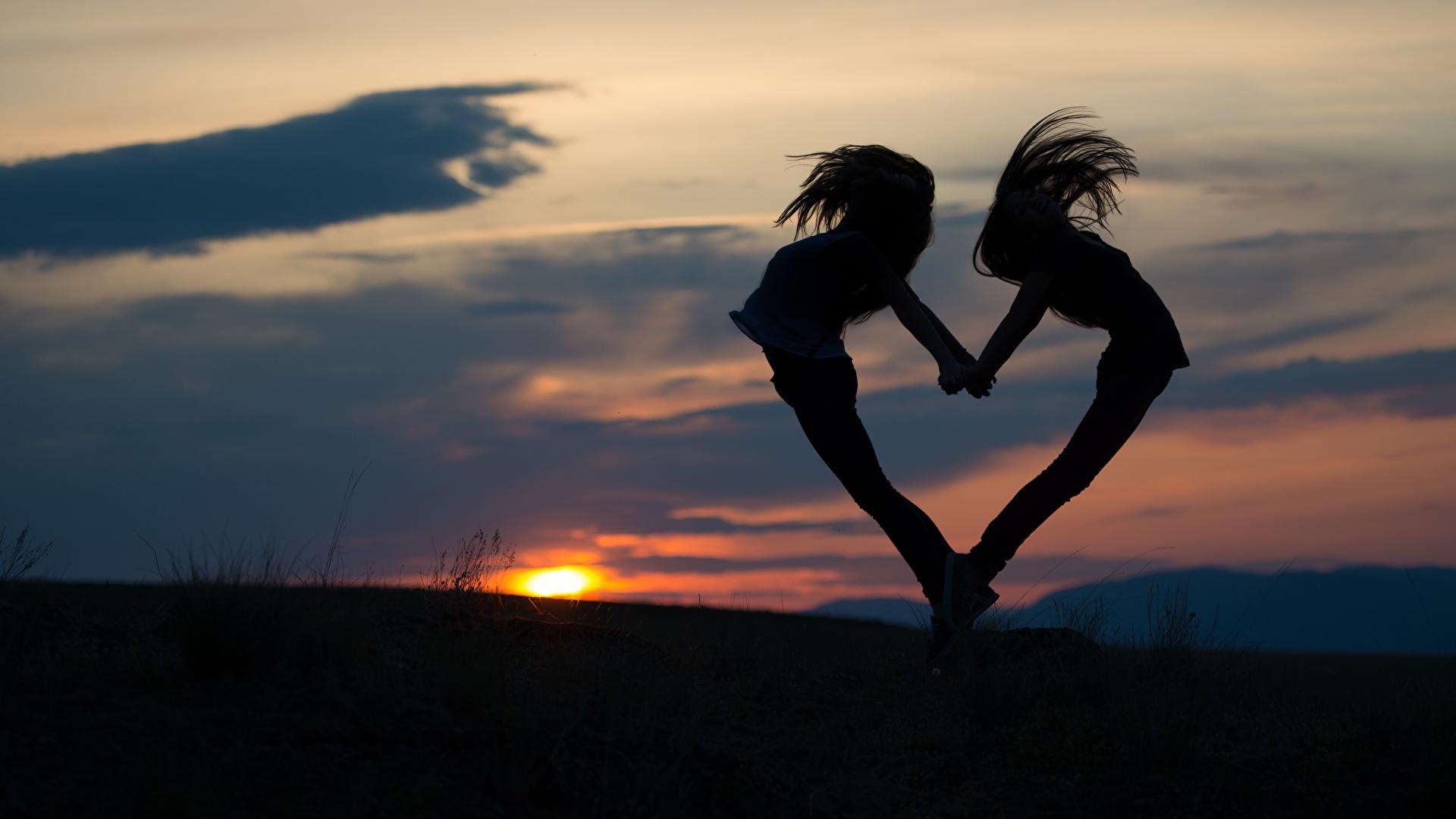 Фото сердца Силуэт вдвоем молодая женщина рассвет и закат Вечер 1920x1080 серце Сердце сердечко силуэты силуэта 2 два две Двое Девушки девушка молодые женщины Рассветы и закаты