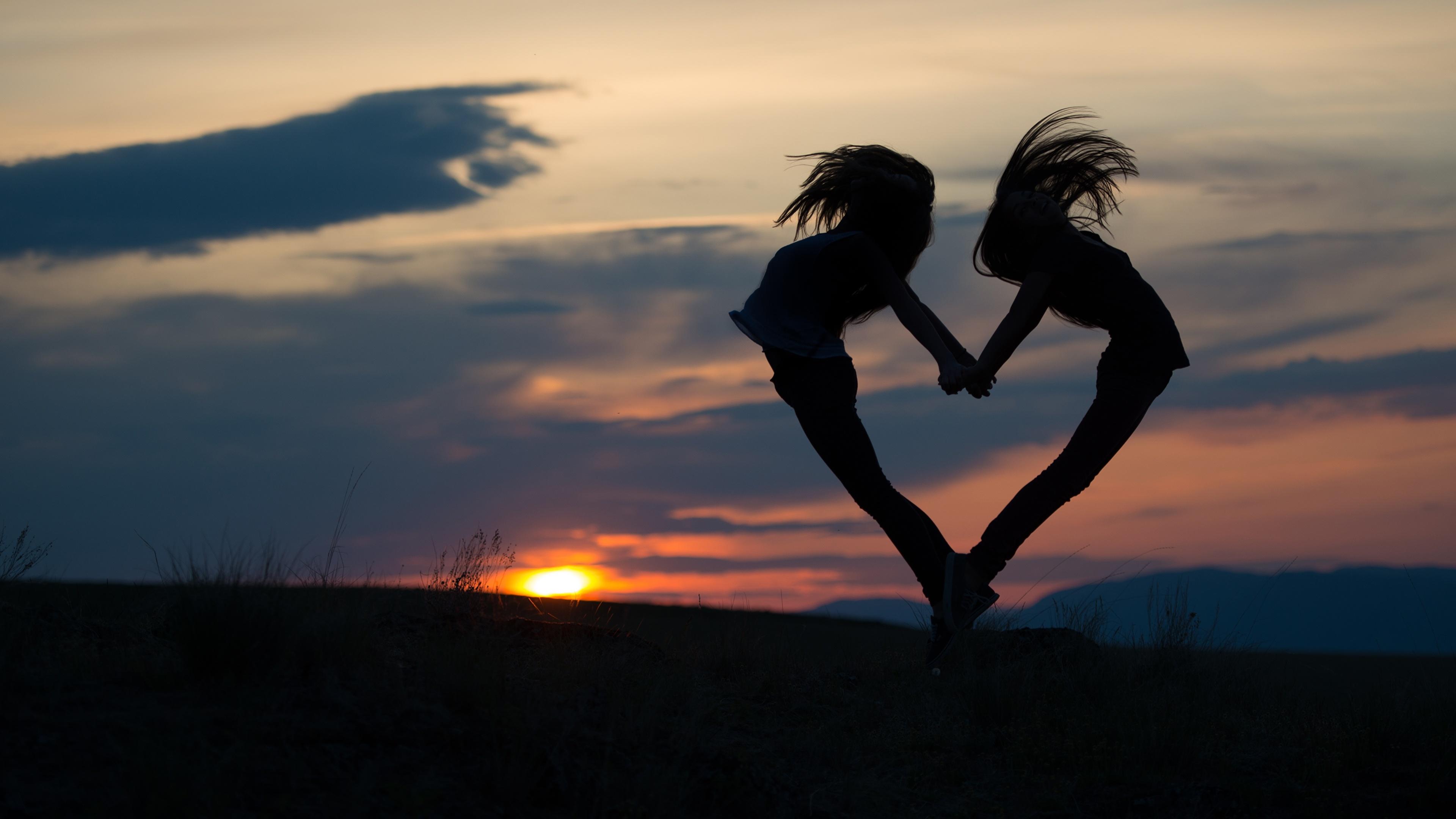 Фото сердца Силуэт вдвоем молодая женщина рассвет и закат Вечер 3840x2160 серце Сердце сердечко силуэты силуэта 2 два две Двое Девушки девушка молодые женщины Рассветы и закаты