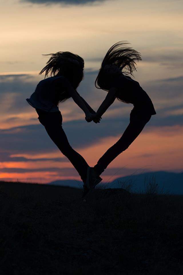 Фото сердечко Силуэт 2 Девушки Рассветы и закаты Вечер 640x960 Сердце Двое вдвоем