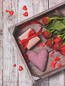 Обои День всех влюблённых Розы Доски Красный Сердце Подарки Бант Цветы