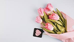 Обои Букеты Тюльпаны Серый фон Розовая Сердца Цветы