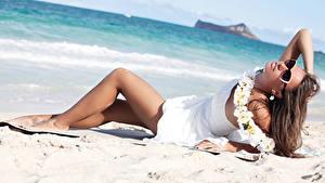 Картинка Пляж Шатенка Очки Платье Ноги