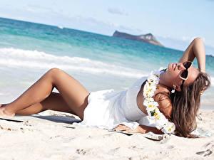 Картинка Пляж Шатенка Очков Платья Ноги молодые женщины