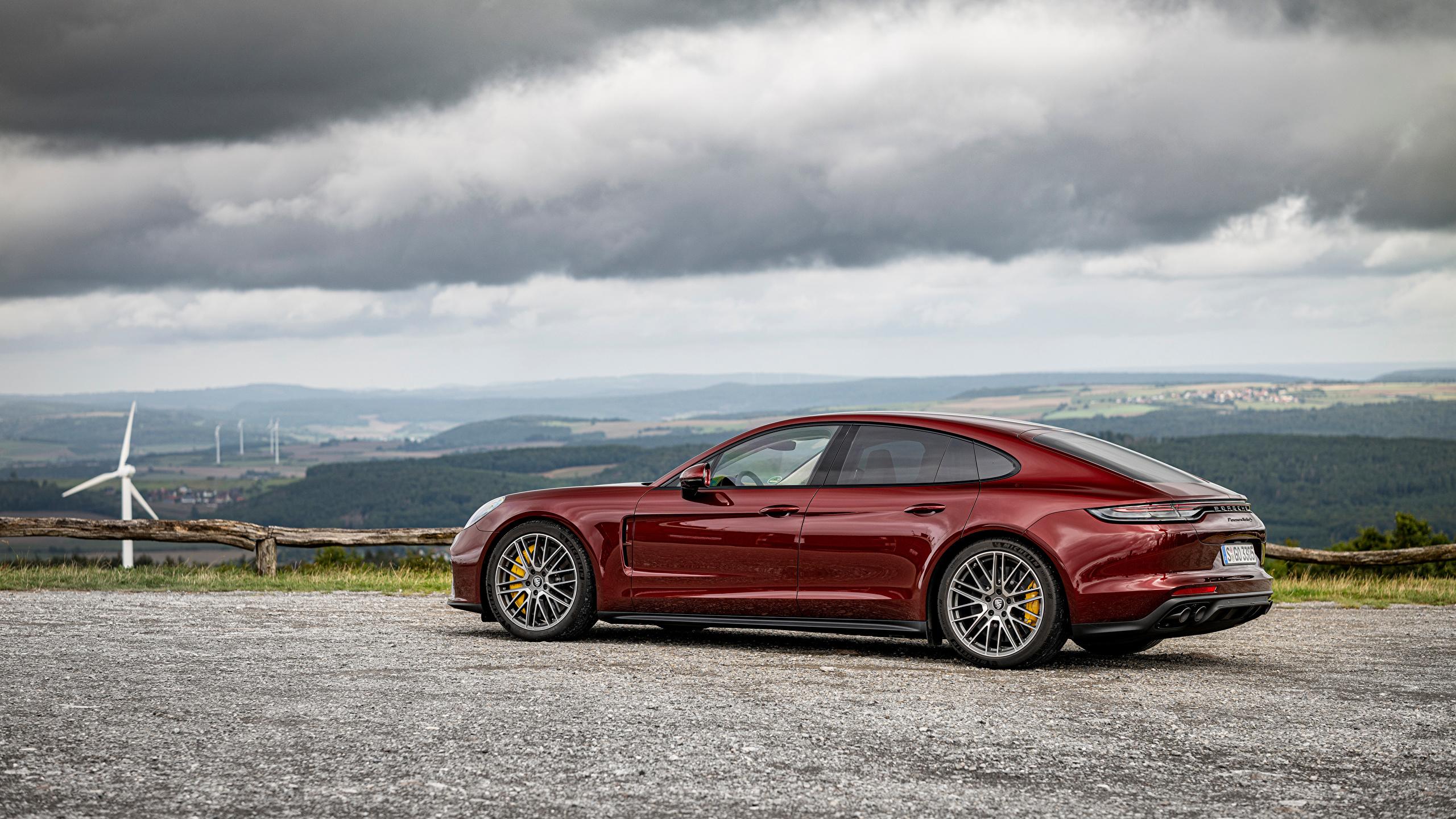 Картинки Порше Panamera Turbo S, (971), 2020 бордовые Металлик автомобиль 2560x1440 Porsche бордовая Бордовый темно красный авто машины машина Автомобили