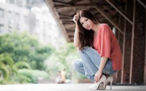 Обои Азиаты Размытый фон Шатенки Сидит Рука Ног Туфель Джинсов молодая женщина