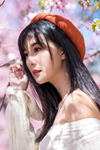 Фото Весна Цветущие деревья Азиатка Брюнетка Берет Размытый фон Девушки