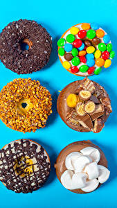 Фото Сладости Пончики Шоколад Орехи Конфеты Цветной фон Зефирки Пища