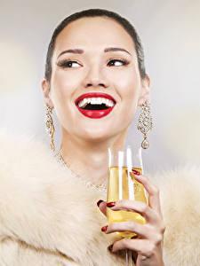 Фото Игристое вино Лицо Бокалы Серьги Счастье Девушки