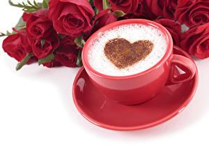 Картинки День святого Валентина Кофе Капучино Розы Белый фон Чашке Пена Сердца Красные Продукты питания Цветы