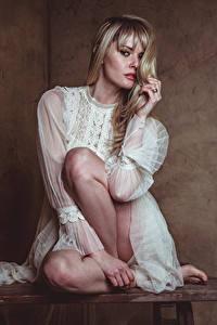 Обои Carla Monaco Блондинка Сидя Ноги Платья Взгляд молодые женщины
