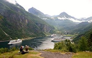 Фото Корабли Круизный лайнер Горы Норвегия Скамейка Трава Сидит Geirangen, Fjord Природа
