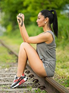 Картинки Боке Рельсы Сидящие Рука Татуировки Ног Брюнеток Девушки
