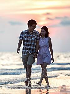 Картинки Любовники Азиаты Мужчины Море Пляжи Прогулка 2 Очки Брызги Свидание девушка