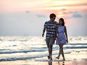 Картинки Любовники Азиаты Мужчины Море Пляжи Прогулка 2 Очки Брызги Свидание Девушки