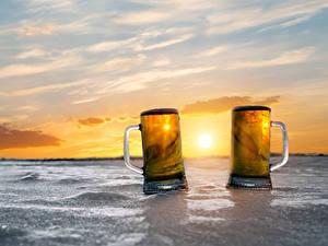 Картинки Пиво Рассветы и закаты Кружки Две Льда Еда