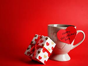 Обои День всех влюблённых Красный фон Чашка Подарки Сердечко Английский