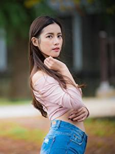 Обои Азиаты Размытый фон Поза Рука Волос Взгляд Шатенки девушка
