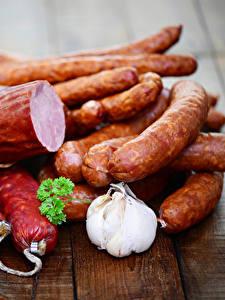 Картинки Мясные продукты Колбаса Чеснок Доски Продукты питания