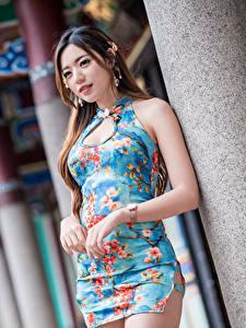 Картинки Азиатки Платья Руки Шатенки Размытый фон Девушки
