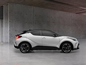 Фотография Тойота CUV Белые Металлик Сбоку C-HR Hybrid GR Sport, EU-spec, 2020 Автомобили