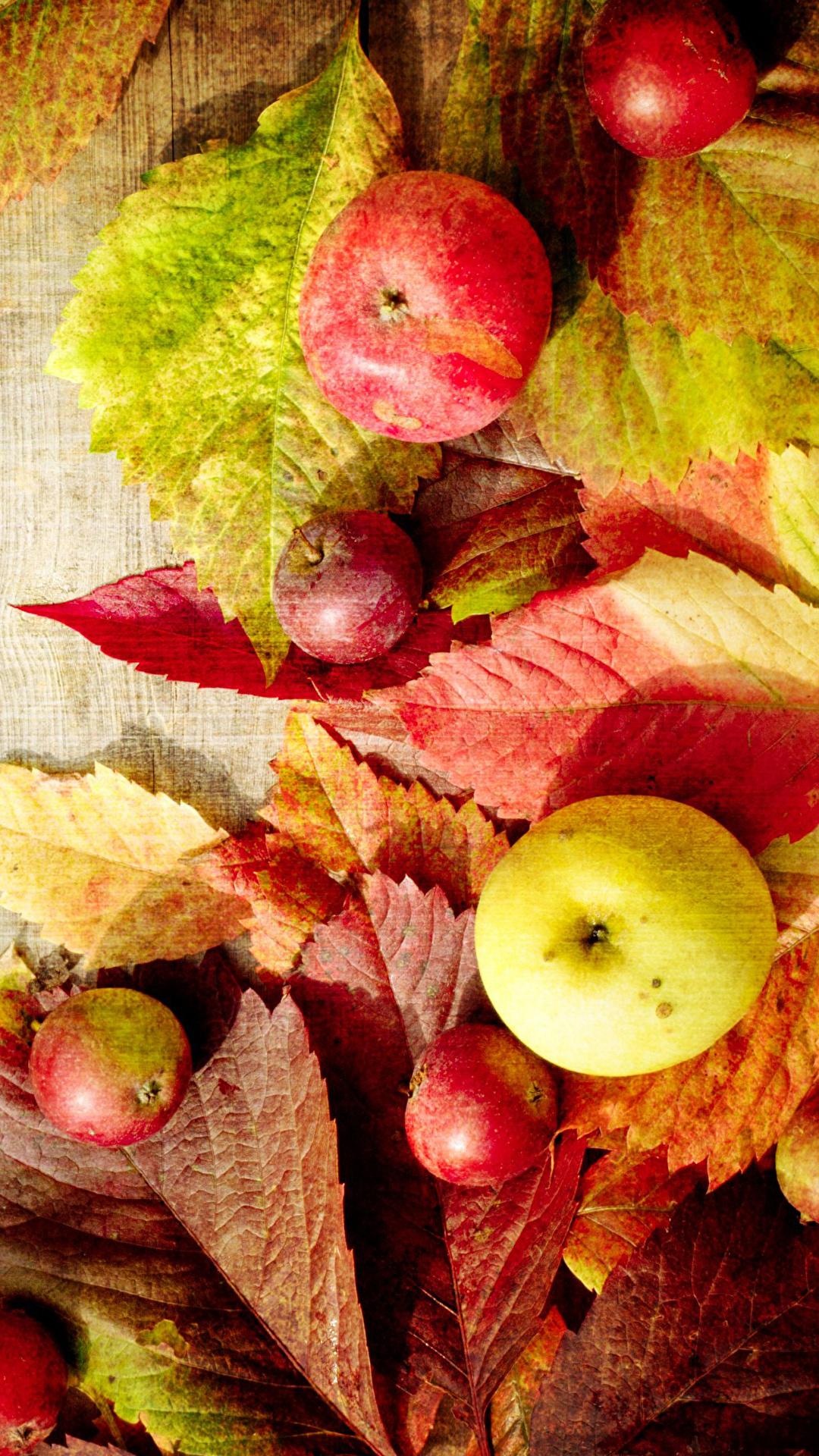 Картинки Листья Осень Яблоки Продукты питания Доски 1080x1920 для мобильного телефона лист Листва осенние Еда Пища