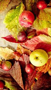 Картинки Осень Яблоки Доски Листва Еда