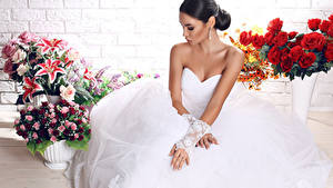 Обои для рабочего стола Букеты Невесты Платье Рука Брюнетки девушка