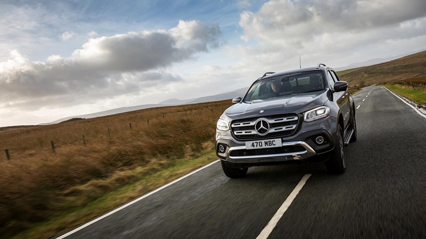 Обои для рабочего стола Mercedes-Benz UK-version 2017 X-Class Пикап кузов скорость авто 1366x768 Мерседес бенц едет едущий едущая Движение машина машины Автомобили автомобиль