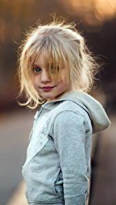 Фото Блондинка Девочки Смотрит Дети